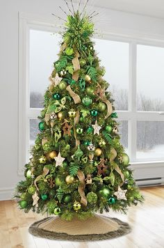classic christmas tree Patone 2017 Color Of The Year--Greenery Silver Christmas Decorations, Gold Christmas Tree, Beautiful Christmas Trees, Colorful Christmas Tree, Xmas Tree, Coastal Christmas, Christmas Crafts, Christmas Tree Inspiration, Christmas Tree Design