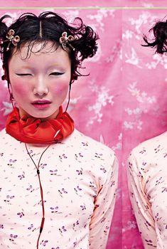 Fotografie Chen Man, styling Lucia Liu. Li Zheng draagt rok gedragen als sjaal Sportmax, make-up M∙A∙C. [The Whatever The Weather Issue, no. 317, Pre-Spring '12]  https://i-d.vice.com/nl/article/chen-mans-i-d-archief