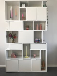 Tylko heeft de mooiste kasten, want: je kunt je eigen kast vormgeven met de handige configurator op hun website. De kast van je dromen binnen handbereik! Kies je kleur, de breedte en hoogte (de laatste kies je zelfs per laag!). Wil je 'm met of zonder achterwand, deurtjes of laatjes? Je bepaalt het helemaal zelf. Ik ben fan! Shelving, The Unit, Home Decor, Shelves, Decoration Home, Room Decor, Shelving Units, Home Interior Design, Shelf
