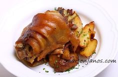 A csülköket mossuk meg(ha kell kicsit perzseljük meg) és rakjuk egy nagyobb… Hungarian Cuisine, Hungarian Recipes, Pork Recipes, Cooking Recipes, Pork Dishes, Main Dishes, Foodies, Food And Drink, Bacon