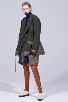 Sacai Pre-Fall 2018 Fashion Show Collection: See the complete Sacai Pre-Fall 2018 collection. Look 37 Fashion Catalogue, Fashion Show Collection, Vogue Fashion, Fashion News, Autumn Fashion 2018, Vogue Russia, Cool Outfits, Women Wear, Womens Fashion