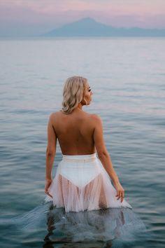 Salutare! Eu sunt Mihai Roman, Povestitorul de nunti, iar daca te inspira aceasta imagine, te invit sa o salvezi intr-unul dintre panourile tale #wedding, #buchetdemireasa, #ideinunta, #nunta #flowers, #mireasa, #weddingbouquet, #voalmireasa, #ideibuchetmireasa #cununiecivila, #savethedate, #ideisedintafoto, #fotografnunta #ideirochiemireasa #ideipantofimireasa Wedding Pics, Wedding Day, Wedding Dresses, Bride Flowers, H Style, Storytelling, Wedding Inspiration, Ballet Skirt, Wedding Photography