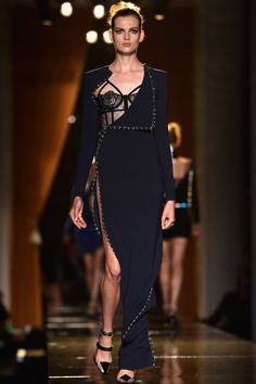 Versace haute coture   ob hochgeschlossen oder offenherzig dieser versace haute couture look ...