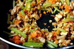 Ryžové rezance s kuracím mäsom a zeleninou na čínsky spôsob - Fitshaker Kung Pao Chicken, Ethnic Recipes, Fit, Shape