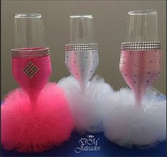 Glitter Wine Bottles, Wine Bottle Glasses, Wedding Champagne Flutes, Wedding Glasses, Decorated Wine Glasses, Painted Wine Glasses, Wine Glass Crafts, Wine Bottle Crafts, Garrafa Diy