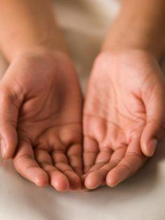 In jeder Hand liegen Hinweise auf Fähigkeiten, Neigungen, aber auch auf Schwierigkeiten und Schwächen. Was verrät deine Handfläche über