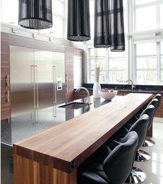 L'éclat du noir dans une maison | CHEZ SOI © TVA Publications | Yves Lefebvre #deco #cuisine #noir #ilot #bois