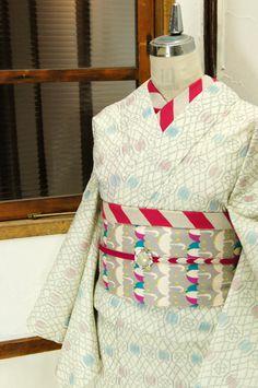 白赤青のトリコロールカラーを基調にデザインされた西洋の宮殿を彩る飾り格子のようなトレリスパターンがロマンチックな単着物です。 #kimono Traditional Japanese Kimono, Traditional Dresses, Obi One, Kimono Japan, Kimono Design, Japanese Outfits, Yukata, Kimono Fashion, Geisha