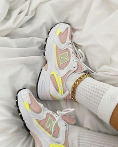 Girlsonmyfeet | Sneakers Femme (@girlsonmyfeet) • Photos et vidéos Instagram Moda Sneakers, New Sneakers, Sneakers Fashion, Air Max Sneakers, Sneakers Nike, Sock Shoes, Shoes Heels Boots, Heeled Boots, Bob Marley