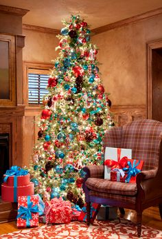 Lovely old fashioned Christmas tree with an assortment of very different ornaments.  House of Turquoise: Merry Christmas!!