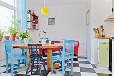 Colorful kitchen love the different colored chairs Kitchen Pantry, Kitchen Dining, Kitchen Ideas, Painted Chairs, Colorful Chairs, Recipes From Heaven, Kitchen Colors, Home And Living, Sweet Home