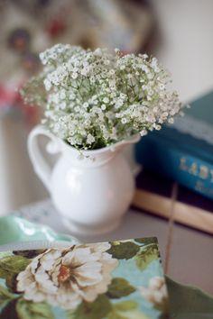 Baby's breath in a vintage vase, easy wedding ideas  #vintagewedding http://www.weddingchicks.com/2013/10/29/bookworm-wedding/