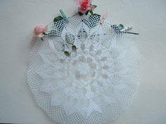 Centrotavola realizzato a mano all'uncinetto. Decorazione casa romantica. Shabby chic. Centro bianco a crochet : Tessili e tappeti di i-pizzi-di-anto