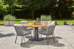 Prachtige ronde tuin eettafel van Suns met teakhouten blad en mat grijs aluminium onderstel. Deze tafel biedt plek aan 4 personen.