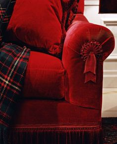 Tartan and red couch, oh, how I'd LOVE a red velvet sofa! Tartan Throws, Tartan Plaid, Decoration Entree, Tartan Christmas, Red Cottage, Equestrian Style, Shades Of Red, Red And White, Red Velvet