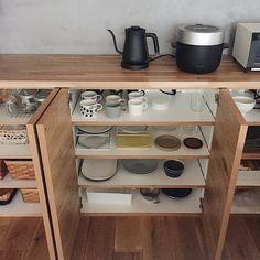 本当に必要なモノ達と暮らす〜余白のある空間づくりが快適さを生み出す家___omalさんのおうちを探索! | ムクリ[mukuri] Kitchen Interior, Kitchen Design, Kitchen Cart, Interior Inspiration, Shoe Rack, House Plans, House Design, Interior Design, Storage