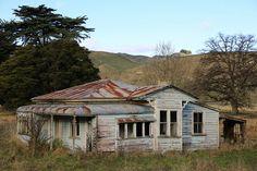 Villa Farm House Mangaweka Abandoned in New Zealand Old Abandoned Buildings, Old Buildings, Abandoned Places, Abandoned Castles, Nz History, New Zealand Beach, Old Cabins, Old Farm Houses, Beautiful Villas