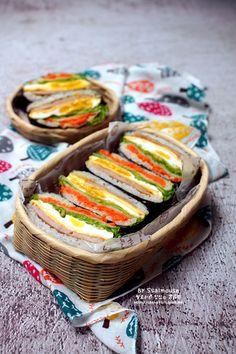 김과 밥이 만나 맛있고 예쁜 밥샌드위치로 탄생~! 때론 몹시도 귀찮고 때론 몹시도 지겹지만 쌀로쥐에게 그... Korean Dishes, Korean Food, Asian Recipes, Healthy Recipes, Ethnic Recipes, Vegan Lunch Box, K Food, Breakfast For Dinner, Food Presentation