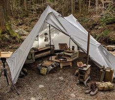 Vintage bushcraft techniques that all survival hardcore will certainly desire to know now. This is most important for bushcraft survival and will definitely defend your life. Bushcraft Camping, Bushcraft Gear, Camping Survival, Outdoor Survival, Survival Skills, Bushcraft Skills, Auto Camping, Camping And Hiking, Camping Life