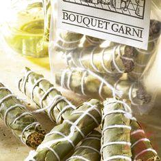 Die Kräutersträuße sind als Bouquet gebunden. Vor dem Servieren können die Sträuße ganz einfach wieder aus dem Essen herausgenommen werden.