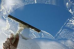 Un nettoyant pour les vitres 100 % efficace qui laisse 0 trace - Astuces de grand mère