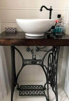5 creative ideas for bathroom furniture made from reused materials – diy bathroom ideas Sewing Machine Tables, Antique Sewing Machines, Sewing Table, Furniture Projects, Furniture Making, Furniture Makeover, Diy Furniture, Diy Bathroom Furniture, Furniture Vanity