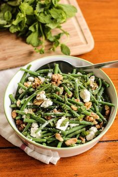 salade de haricots verts à la feta, menthe et noix – string bean salad with walnuts, feta and mint of Healthy Cooking, Healthy Snacks, Healthy Eating, Cooking Recipes, Green Bean Salads, Green Beans, Vegetarian Recipes, Healthy Recipes, Bean Recipes