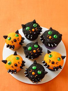 Kitten Cupcakes: These cute kitten cupcakes are perfect for a festive Halloween bash, and come courtesy of Bakerella (a. Find more cute and creepy Halloween cupcake recipes and ideas that are easy to make here. Halloween Desserts, Halloween Cupcakes Decoration, Creepy Halloween Food, Halloween Cakes, Scary Halloween, Halloween Treats, Halloween Party, Halloween Halloween, Animal Cupcakes