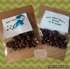 Dino-poep traktatie. Zelf etiketten ontworpen, uitgeprint en aan een zakje gemaakt. In het zakje chocolade rozijntjes en chocolade pepernoten voor het effect van grote en kleine poepjes ;)