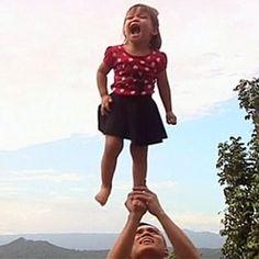 "Filipina de 2 anos faz sucesso online em vídeos de ""cheerleader"""