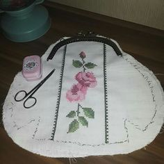 Bag Patterns To Sew, Sewing Patterns, Diy Bags Purses, Frame Purse, Fabric Bags, Quilted Bag, Sewing Accessories, Knitted Bags, Zipper Bags