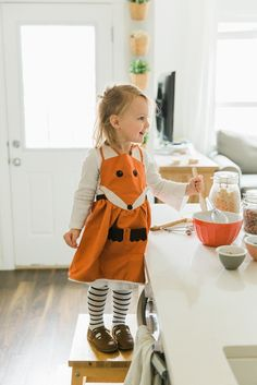 sewing tutorials free FREE pattern and instructions to make this adorable Fox Apron. - Free tutorial and pattern to make your own adorable Fox Apron. Sewing Patterns For Kids, Sewing Projects For Kids, Sewing For Kids, Diy For Kids, Sewing Ideas, Sewing Crafts, Dress Sewing Tutorials, Apron Tutorial, Sewing Aprons