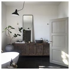 This bathroom has got everything I would wish for. Photo by @artillerietstore⠀ #entertheloft #bathroom #natural #wood #interior #inspiration