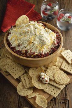 No hay dip más sabroso que ésta receta. Un riquísimo dip de tocino, queso y galletas saladas que será la envidia de todas tus amigas. Es muy fácil prepararlo, la receta solo consiste en mezclar los ingredientes y obtendrás uno de los mejores dips que hayas probado. Easy Cooking, Cooking Recipes, Delicious Desserts, Yummy Food, Hummus, No Cook Appetizers, Queso Cheese, Dip Recipes, Kitchen Recipes