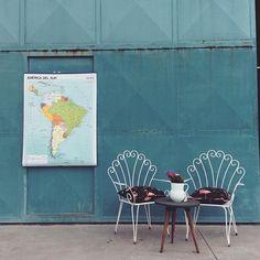 """El Sur más forjado... Mapas de colegio y sillas """"pavo real"""" de forja en venta en POLONIUM209 #polonium209 #forja #maps #mapas #sur #americadelsur #vintage #deco #vintagecorner #exteriores #interiordesign #brocante #indiedeco #grancanaria #canaryislands"""