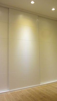 Detalle de armario de dormitorio principal, de tres puertas correderas lacadas en blanco, con decoración de franjas tipo pico de gorrión. - #decoracion #homedecor #muebles Wardrobe Doors, Bedroom Wardrobe, Closet Doors, Home Bedroom, Modern Bedroom, Bedroom Decor, Master Room, Master Bedroom Design, Wardrobe Design