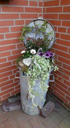 De ouderwetse vuilnisbakken zijn zo leuk om in hergebruik te nemen. Opvullen met aarde, wat leuke planten met desnoods wat versiering erin en hij staat weer geweldig.