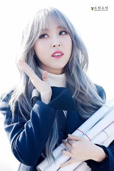 Moon Byul-yi (문별이) also known as Moonbyul (문별) of MAMAMOO (마마무) | Wow!! Her with that silver hair and those blue eye contacts make one serious killer combination!! She's seriously too hot!! ❤❤