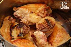 Ludzie na całym świecie uwielbiają smak pieczonego kurczaka. Możesz wzbogacić tym aromatem swój rosół. I będzie to najlepszy rosół, jakie kiedykolwiek ugotowałeś. Najwięcej aromatu w kurczaku kryje się pod skórą. Jego nośnikiem jest znajdujący się tam tłuszcz. To dlatego kurczak pieczony lub smażony nabiera wyjątkowego smaku. Można przemycić go też do rosołu. Wystarczy prosta sztuczka, … Soup Recipes, Recipies, Donia, Polish Recipes, Soups And Stews, Tzatziki, Garlic, Food And Drink, Chicken