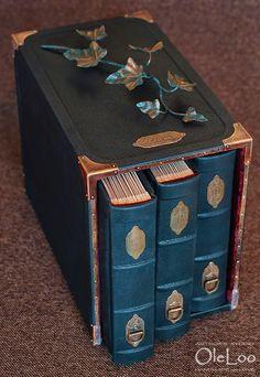 Фамильные фотоальбомы ручной работы  Кожаный переплет Короб, обтянут кожей, ветка плюща, охранный символ.