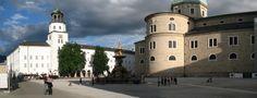 Salzburg_-_Residenzplatz_-_Glockenspiel_und_Dom