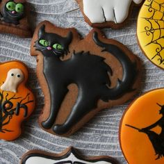 Halloween Cookies Decorated, Fun Halloween Treats, Halloween Baking, Halloween Desserts, Halloween Town, Holidays Halloween, Decorated Cookies, Cat Cookies, Cut Out Cookies