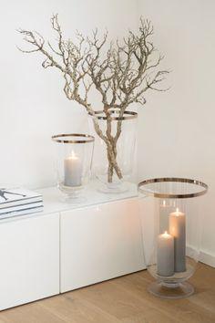 Die großzügige Kelchform mit sanft geschwungenen Linien macht die neuen Windlichter ROYAL zu etwas Besonderen. Sie sind geeignet für große Kerzen, die sanft durch das getönte Glas schimmern. Mit dem zierlichen Fuß, der ebenfalls aus Glas besteht, erinnert das Modell ROYAL an edle Trinkgefäße.