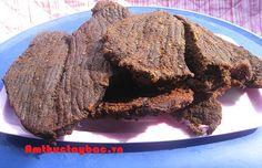HƯỚNG DẪN CÁCH SỬ DỤNG THỊT TRÂU GÁC BẾP  Nhìn ngoài màu nâu sẫm, khi xé ra bên trong màu đỏ tự nhiên - đặc trưng riêng của sản phẩm thịt trâu gác bếp Sơn La - khi nhai trong miệng thấy vị ngọt của thịt đọng lại, hoà quyện cùng mùi thơm của khói củi núi đá và chút cay nồng của tiêu rừng  http://amthuctaybac.vn/vi/tin-tuc/373-huong-dan-cach-su-dung-thit-trau-gac-bep.html