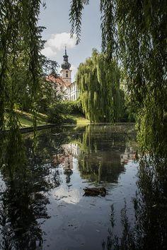 Klášter  Břevnov je nejstarši mužský klášter v Česku Czech Republic, Prague, Cemetery, Places To See, Opera House, Beautiful Places, Vacation, Travelling, Park