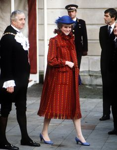 Queen Elizabeth, Princess Diana, Kate Middleton, and Meghan Markle have all worn different maternity styles during their pregnancies. Princesa Diana, Vestido Strapless, Eugenie Of York, Princess Diana Fashion, Pregnant Celebrities, Pregnancy Looks, Early Pregnancy, Diane, Lady Diana Spencer
