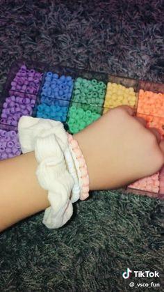 friendship bracelets with beads - beading Diy Friendship Bracelets Tutorial, Friendship Bracelets Designs, Diy Bracelets Easy, Summer Bracelets, Bracelet Crafts, Cute Bracelets, Bracelet Tutorial, Diy Kandi Bracelets, Pony Bead Bracelets
