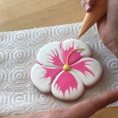 Hibiscus Cookies . . Here's a peek at the Wet-On-Wet cookie technique! I use this method a lot when I want a few Icing colors to be flush…