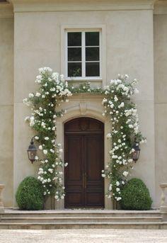 House entrance outdoor climbing roses 55 Ideas for 2019 Garden Entrance, House Entrance, Entrance Doors, White Climbing Roses, Climbing Flowers, New Dawn Climbing Rose, Exterior Design, Interior And Exterior, Spring Garden