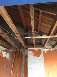 Woonverdieping. Woonkamer/living. Plafond woonverdieping en vloer tweede verdieping zijn verwijderd.nu de balken nog. Zodat er een hoge ruimte ontstaat.
